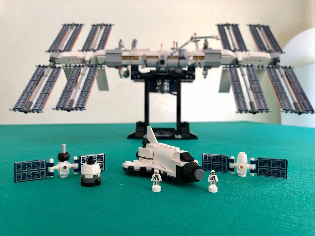 I veicoli e le microfigures inclusi nel set Lego Ideas Stazione spaziale internazionale