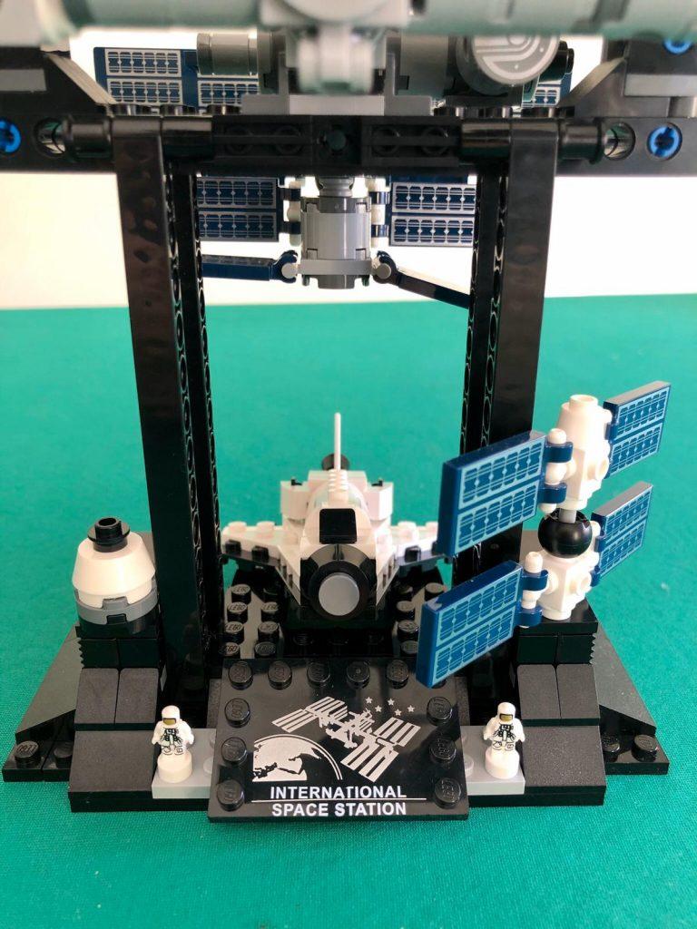 Lo stand di supporto del set Lego Ideas Stazione spaziale internazionale