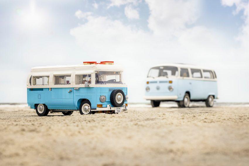 Lego Camper Volkswagen T2 su spiaggia con modello originale sullo sfondo