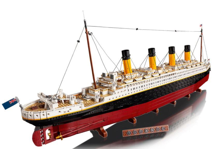 Lego Titanic esposto visto da dietro con targhetta