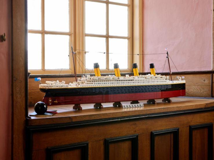 Lego Titanic esposto con targhetta identificativa
