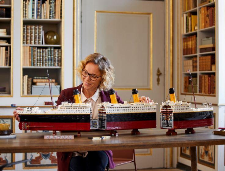 Lego Titanic suddiviso in tre sezioni esposto su un tavolo